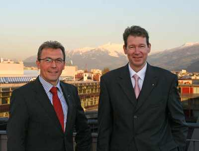 Studiengangsleiter FH-Prof. Bernd Kirschner freut sich über die Verpflichtung von Jens Schäfer als Professor für Controlling & Finance, .(c) MCI