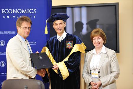 Vadim Radaev, Prorektor der HSE, Prof. Dr. Jörg Becker und Svetlana Maltseva, Dekanin der Fakultät für Wirtschaftsinformatik bei der Überreichung der Ehrenurkunde