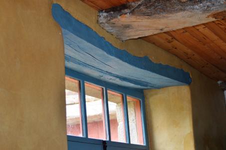 Tür- und Fensterstürze wurden ebenfalls aus massivem Eichenholz gefertigt, geschickt ind Granitstein-Mauerwerk der Umfassungswände eingefügt und passend zum Vintage-Stil der Einrichtung farblich gestaltet. Foto: Achim Zielke