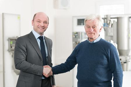 Xaver Auer (links im Bild), Geschäftsführer S+S Schönberg, und Enrico Weber, Geschäftsführer S+S Inspection Italy S.r.l., rechnen mit einer weiterhin erfolgreichen Entwicklung des Marktes für Metall-Detektoren, -Separatoren und Sortiersysteme in Italien.