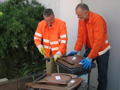 Oberbürgermeister Gerold  Noerenberg (links im Bild) und Jürgen Gerhard, Leiter Abfallwirtschaft bei der Umrüstung der ersten Biotonnen für die Presse