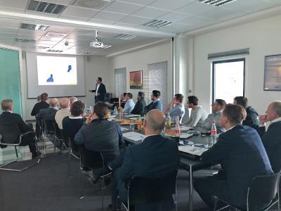 Umfassende Informationen zur neuen Schwenkbiegemaschine erhielten die Vertriebspartner auch in Vorträgen. Bildquelle: Schröder Group
