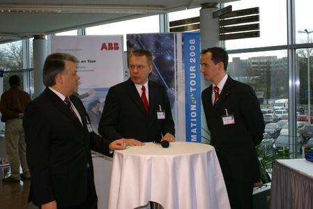 Hans-Georg Krabbe, ABB Vorstand (mitte), im Gespräch mit Dr. Volker Huck, Geschäftsbereichsleiter Instrumentation (links), und Lothar Gellrich, Leiter Marketing Kommunikation Geschäftsbereich Instrumentation (rechts) auf der ABB Automation Tour