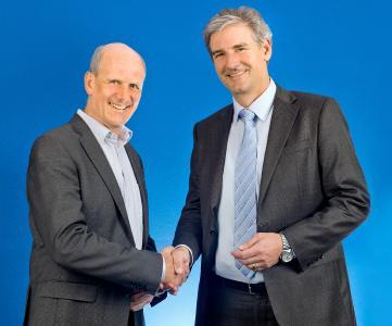 Dr. Stefan Dömök, Geschäftsführer P+Z Engineering GmbH und Robert Kees, Geschäftsführer TÜV SÜD Product Service GmbH bei der Unterschrift des Kooperationsvertrags. (v.l.n.r)