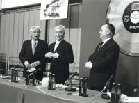 v.l.n.r Akio Morita (damaliger Sony Präsident), Herbert van Karajan, Joop van Tilburg (damaliger Leiter der Philips Audio Division