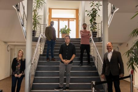 v.l.n.r. Carina Henze (Ausbildungsbetreuerin), M. Alzaouri, J. Ludwig, S. Beqiraj, Dr. Thomas Simon (Shareholder Managing Director IT-HAUS GmbH)