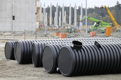 Da Niederschlagswasser verunreinigt sein kann, wird es zunächst in einer RAUSIKKO-Sedimentationsanlage vorbehandelt.