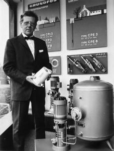 Unternehmensgruender Poul Due Jensen mit einer der ersten Heizungspumpen VP