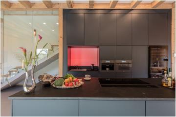 Mit akzentuiertem Licht von Brumberg wird der Küchenbereich (Miele) zusätzlich betont / Bild: Connected Comfort
