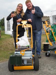 Im Team von Herrn Gomoll, Inhaber der Gartentechnik  Horstmann in Herzfeld und Soest, wird seit mehreren Jahren erfolgreich mit dem KV-1 installiert.  Auf dem demopark  erwarb er einen weiteren Akku-Kabelverleger KV-1