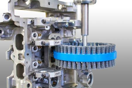 Trocken- oder Nassbearbeitung: Mit seiner neuen Duplex-Tellerbürste bietet KULLEN-KOTI ein ebenso hocheffizientes wie vielseitig einsetzbares Präzisionswerkzeug für das mechanische Oberflächen-Finishing metallischer Bauteile. (Bild: © KULLEN-KOTI)
