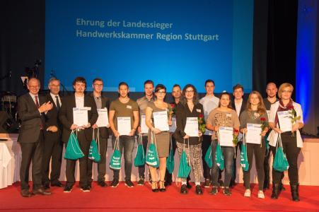Die Kammerpräsidenten Rainer Reichhold (Stuttgart, li.) und Joachim Krimmer (Ulm, 2.v.li.) freuten sich mit den erfolgreichen Handwerkern / Bildquelle: Fotohütte Bernstadt