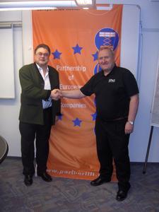"""Joachim Metzner (links), Geschäftsführer von PartnerLIFT, beim """"Shake Hands"""" mit Malcolm Bowers, Vorsitzender von Access Link"""
