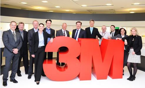 Gunter Gressler (Bildmitte links), Vorsitzender der Geschäftsführung der 3M Deutschland GmbH, und Johan Friman (Bildmitte rechts), Vorsitzender der Geschäftsleitung bei LeasePlan Deutschland, freuen sich mit dem Team, das den 3M Fuhrpark betreut, über die 10-jährige Partnerschaft. Auf dem Jubiläumsfoto sind (v.l.n.r.) zu sehen: Burkhard Müchow, Gunter Glück, Ehrenfried Köckemann, Nadine Gäbler, Manfred Czichowski, Günter Gressler, Johan Friman, Jürgen Petschenka, Rainer Kehl, Maciej Czarnecki, Elke Eggert, Janette Piegeler