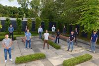 Die neuen Azubis der MC-Bauchemie halten beim traditionellen Gruppenbild vor dem Ausbildungs- und Trainingszentrum der MC-Bauchemie in Bottrop den obligatorischen Corona-bedingten Abstand.