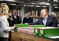 Der ehemalige Ministerpräsident (rechts) an einem der ergonomischen Arbeitsplätze