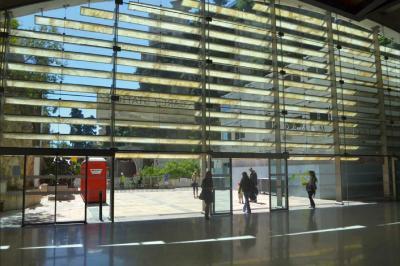 Das einzigartige Material kann für Sonnenschutzplatten genutzt werden –wie im Bahnhof von Monaco. Foto: Dymax / LUXINOV