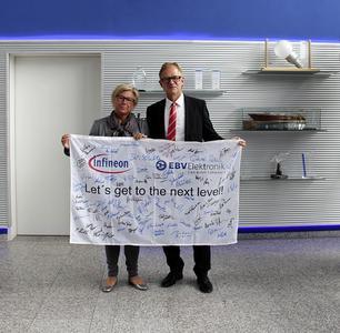Bernd Pfeil, VP Sales Zentraleuropa EBV und Susanne Horn, VP Distribution & EMS EMEA Infineon