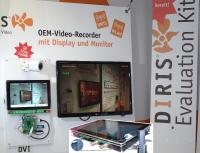 "DIRIS HD Video-Rekorder im Messestand mit 10""-Display und ""normalem"" Monitor"