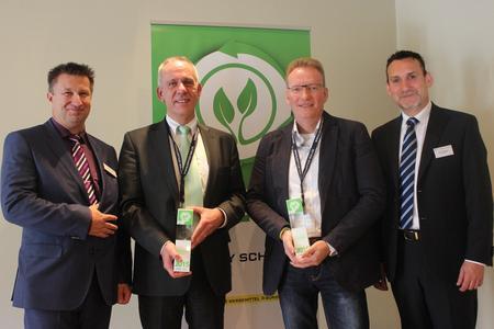 Roy Schulz übergibt den Eco-Award 2015 an die Preisträger WBS Training AG und den Paritätischen Gesamtverband.  V. l.: Roy Schulz (Roy Schulz GmbH), Karsten Härle (Deutsche Paritätische Wohlfahrtsverband - Gesamtverband e. V), Heiko Becker (WBS Training AG), Heiko Dalmer (Roy Schulz GmbH)