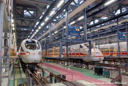 Blick in die ICE-Triebwagenhalle im Bahnbetriebswerk Berlin-Rummelsburg