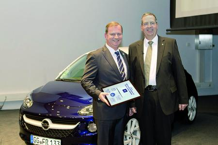 Renato Krappmann, QA Director at the Elfershausen plant (left), receives the GM Supplier Quality Excellence Award 2012 from Bernd Moser, Director Program Management Opel / Vauxhall & GME Supplier Quality
