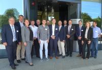 Die Referenten und Akteure des 3. Energiegipfel Mainfran-ken-Tauberfranken vor dem Fraunhofer ISC in Würzburg