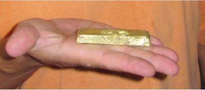 Foto 1 Ein 11-Unzen-Goldbarren, der durch Oberflächenprospektion und Schürfungen auf dem Grundstück Rivard hergestellt wurde