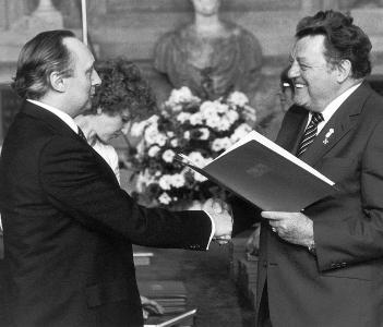 Unter den vielen Auszeichnungen von Dr.-Ing. E. h. Georg Schaeffler fiel auch der Bayerische Verdienstorden, 1982 verliehen von Ministerpräsident Franz Josef Strauß