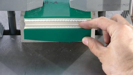 Schnittergebnis mit Ultraschallunterstützung bei PVC mit Textil c) Weber Ultrasonics AG