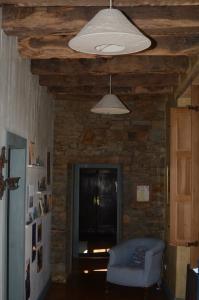 Sichtmauerwerk und naturbelassene Eichenbalken erzeugen im Wohnflur eine rustikale, urgemütliche Atmosphäre. Foto: Achim Zielke