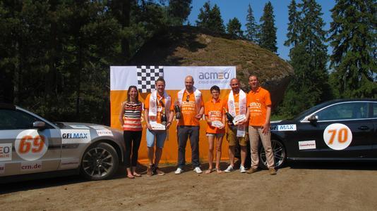 (li) Ebru Hamilton (MAXfocus) und Henning Meyer (acmeo) (re) gratulieren den Top 3 der acmeo Systemhaus Rallye 2013: (vlnr) Platz 3: Nils Kathagen (Systemhaus Ruhrgebiet), Platz 1 Fabio Hoffmann (aobis GmbH), Platz 2 Eva Duda und Stanislaw Panow (Netcos GmbH)