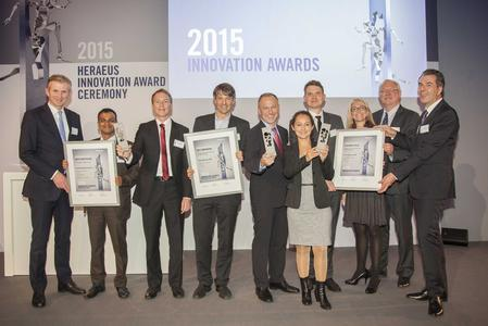 Heraeus Innovation Awards 2015: The prize-winners together with Jan Rinnert, CEO (left) and Dr. Roland Gerner, CTO  (right) / (Source: Heraeus)
