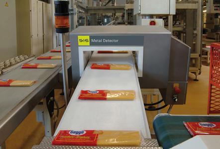 IFS-konforme Metalldetektion von verpackten Produkten, integriert in Förderbandlinien. (Foto Sesotec)