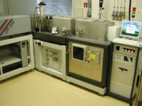 Abb. 1. Fluorlaser Workstation bestehend aus Laser, Strahlgang, Bearbeitungskammer und Steuereinheit