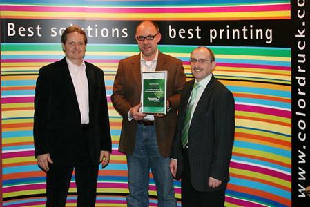 Joachim Beigel (ColorDruckLeimen), Andreas Weckwert (natureOffice) und Stafan Fickinger (ColorDruckLeimen) bei der Zertifikatsübergabe.
