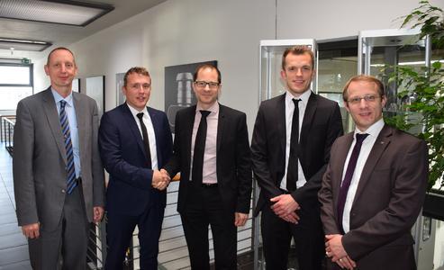 BU 0: Christoph Hauck (2.v.l.) und Stefan Auernhammer (2.v.r.) von Toolcraft bei der Vertragsunterzeichnung mit den Herren Dr. Thomas Brockhoff, Gerd Weber und Dr. Kai Schimanski von Premium AEROTEC (v.l.n.r.)