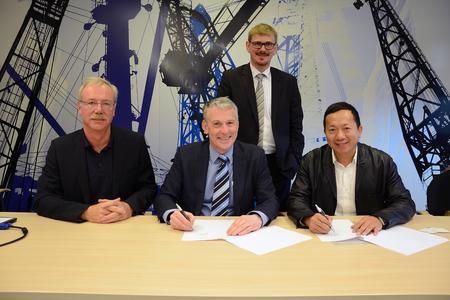(v.l.) Prof. Dr. Tim Aschmoneit, Prof. Dr. Holger Watter, Hauke Holm (stehend) und Chen Qingzhou / Foto: Gatermann