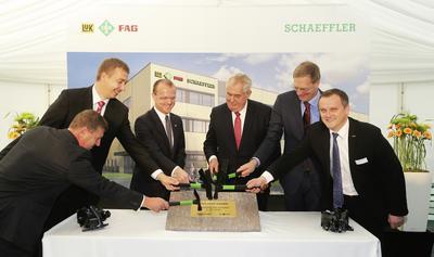 An der Grundsteinlegung des neuen Schaeffler-Werkes Svitavy nahm auch der Präsident der Tschechischen Republik, Miloš Zeman, teil (3. von rechts). Weiterhin (von links) Jan Goláň (Werkleiter INA Lanskroun), David Šimek (Bürgemeister Svitavy) und Martin Netolický (Landeshauptmann Pardubice) sowie Oliver Jung (Schaeffler-Vorstand für Produktion, Logistik und Einkauf, 2. von rechts) und Jaroslav Patka (COO Schaeffler-Region Europa, rechts)