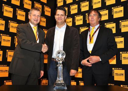Glückwünsche auf dem drupa-Stand von Kodak: Freddy Eckel, Sales Director DACH, Kodak (links), und Jürgen Martinkowics, Account Manager, Kodak (rechts), gratulieren Ingo Nowak, Geschäftsführer von Köller+Nowak, zum erneuten Gewinn eines CIPPI Awards