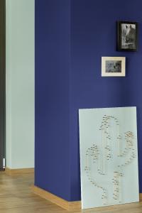 Ein optischer Hingucker im Raum – der Kamin in umhüllendem, dunklen Blau (3D Lavendel 155). (Foto: Caparol Farben Lacke Bautenschutz/Blitzwerk.de)