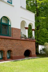 Auf solidem Klinkersockel erhebt sich ein vielgestaltiges energieeffizientes Mauerwerk mit weißem Anstrich und in Grün gehaltenen Fenstern – die über 100jährigen Häuser sind wieder jung geworden und tragen zeitgemäßen Wohnbedürfnissen Rechnung (Foto: Caparol Farben Lacke Bautenschutz/Foto Penz)