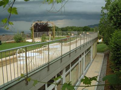 """Mit dem Systemaufbau """"Dachgarten"""" ist nahezu alles Möglich was gefällt. Natürlich auch die Kombination von Pergolen, Gehbelägen und Rasenflächen wie hier in St. Legier"""