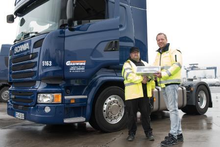 Patrick Rien (l.) ist der 700. Mitarbeiter der Greiwing logistics for you GmbH und wurde als solcher vom Geschäftsführender Gesellschafter Jürgen Greiwing (r.) herzlich im Unternehmen willkommen geheißen. (Foto: GREIWING)