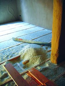 Easy handling and processing: Poraver as loose fill to fill in a wooden beam floor. Photo: Dennert Poraver GmbH