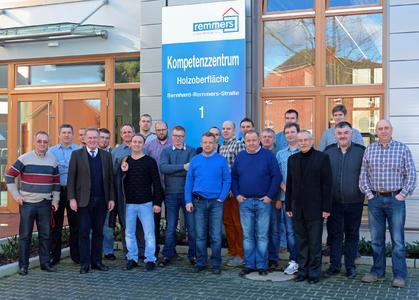 Insgesamt 19 Fensterbauer aus Polen besuchten zusammen mit zwei Vertretern der Remmers-Niederlassung Polen das neue Kompetenzzentrum Holzoberfläche in Löningen. Bildquelle: Remmers AG, Löningen