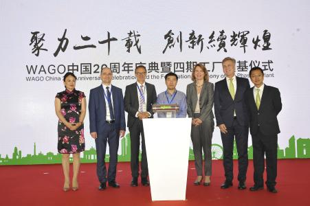 Von links: Cindy Zheng (CFO WAGO China), Sławomir Krawczyk (Produktionsleitung WAGO Polen), Jürgen Schäfer (CSO WAGO-Gruppe), Li Pengcheng (Stellvertretender Geschäftsführer der Verwaltungskommission der Entwicklungszone von Wuqing), Alexandra Voss (Geschäftsführerin der Deutschen Handelskammer Nordchina), Volker Palm (CEO WAGO China), Leo Liu (CSO WAGO China) mit der Zeitkapsel