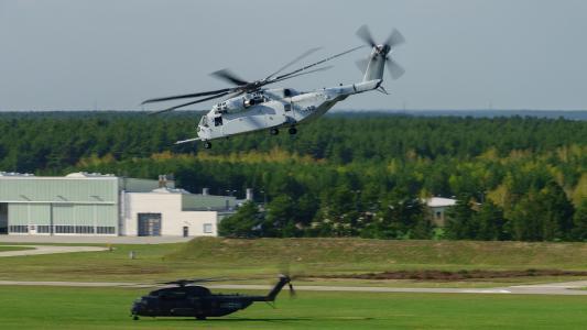CH-53K des U.S. Marine Corps im Anflug oberhalb eines Transporthubschraubers CH-53G der Bundeswehr am Luftwaffenstandort Schönewalde/Holzdorf, der für die Einführung der STH Flotte vorgesehen ist (Quelle: Christian Albrecht/Sikorsky)