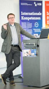 Prof. Dr. habil. Olaf Morgenroth von der Medical School in Hamburg bei seinem Eröffnungs-Vortrag (Bildquelle: Hochschule Bremen / Shuvo Sarkar)