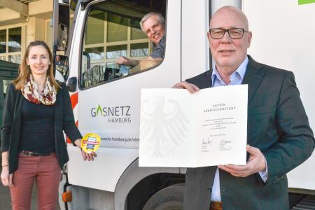 Mit Urkunde vom Bundesverkehrsminister: Udo Bottlaender, technischer Geschäftsführer von Gasnetz Hamburg freut sich mit Teamleiterin Nina Wegner und Stephan Rathje vom Rohrnetz über die Ernennung zum Sicherheitspartner.